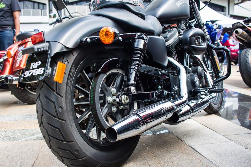 黒いカスタムバイク