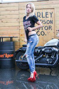 バイクと金髪美人